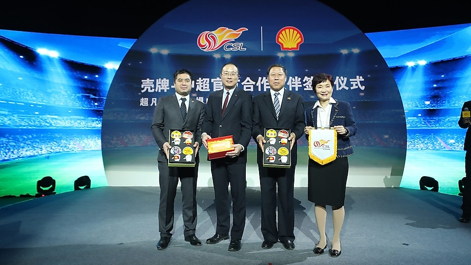 Shell and Super companies exchange gifts