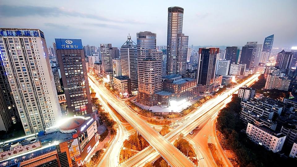 市中心的高楼大厦在黄昏时分纷纷点亮
